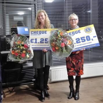 Lions Uden/Veghel reiken cheques uit aan PieterBrueghelHuis en Retraitehuis